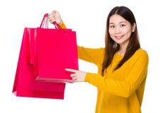 Kobieta palca punkt torba na zakupy Obrazy Stock