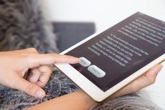 Kobieta palca stuknięcie zgadza się guzika na pastylka ekranie zdjęcia royalty free