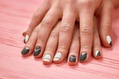 Kobieta palce z eleganckimi projektów gwoździami Fotografia Stock