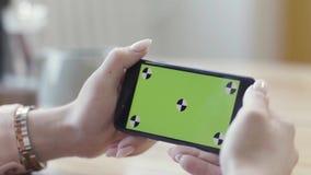 Kobieta patrząca na smartfon poziomy z zielonym ekranem Materiał z archiwum Zamykanie pięknych dłoni samic zbiory wideo