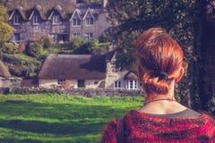 Kobieta patrzeje bajka domy Zdjęcie Stock
