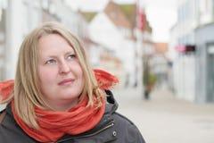 Kobieta patrzeje copyspace w miasteczku obrazy stock