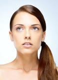 Kobieta patrzeje daleko od z perfect skórą Zdjęcia Royalty Free