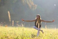 Kobieta patrzeje dla równowagi w parku Zdjęcie Stock