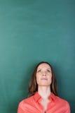 Kobieta patrzeje do pustego copyspace zdjęcie royalty free