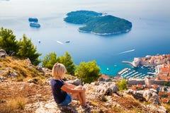 Kobieta patrzeje Dubrovnik Lokrum wyspę i Fotografia Royalty Free