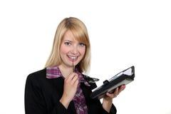 Kobieta patrzeje jej agendę Obraz Stock