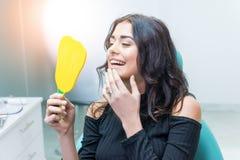 Kobieta patrzeje jej zęby, zdjęcia royalty free