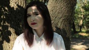 Kobieta patrzeje kamerę, emocje melancholia i smucenie, zoom zbiory wideo