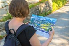 Kobieta patrzeje mapę Bohinj jeziora teren Zdjęcia Stock