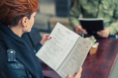 Kobieta patrzeje menu Obrazy Royalty Free