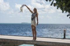 Kobieta patrzeje morze Zdjęcia Royalty Free