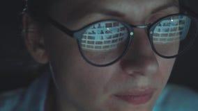 Kobieta patrzeje na monitorze i surfuje internet w szkłach zbiory wideo