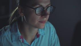 Kobieta patrzeje na monitorze i surfuje internet w szkłach zdjęcie wideo
