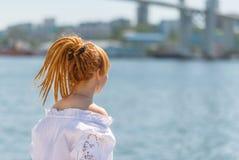 Kobieta patrzeje na morzu zdjęcie royalty free