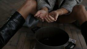 Kobieta patrzeje obcieknięcie wodę zbiory wideo