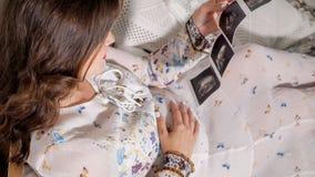 Kobieta patrzeje obraz cyfrowego z dzieckiem obrazy royalty free