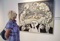 Kobieta patrzeje obraz w galerii Danubiana, Bratisla Obraz Stock