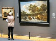 Kobieta patrzeje obraz w Rijksmuseum, Amsterdam zdjęcie royalty free