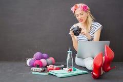 Kobieta patrzeje obrazki w kamerze z laptopem w jej podołku Obrazy Stock