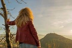 Kobieta Patrzeje od Above w skórzanej kurtce fotografia stock