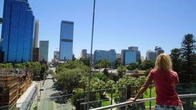 Kobieta patrzeje Perth linia horyzontu zdjęcie wideo