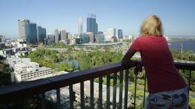Kobieta patrzeje Perth linia horyzontu