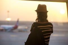 Kobieta patrzeje samoloty, tylny widok obraz stock