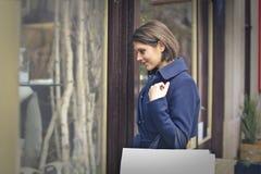 Kobieta patrzeje sklepowego okno obrazy stock