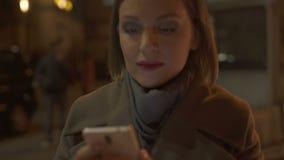 Kobieta patrzeje smartphone ekranu ulicy skrzyżowanie, ryzyko wypadek, nałóg zbiory wideo