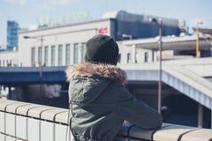 Kobieta patrzeje stację w zimie Obrazy Royalty Free