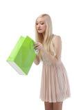 Kobieta patrzeje torba na zakupy Zdjęcia Stock