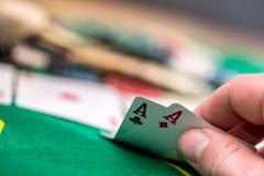 Kobieta patrzeje uprawiający hazard grzebak kartę w casinoÑŽ zdjęcia stock