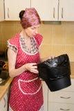 Kobieta Patrzeje wśrodku kubeł na śmieci Obraz Stock