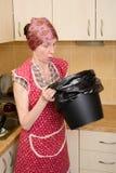 Kobieta Patrzeje wśrodku kubeł na śmieci Zdjęcie Royalty Free