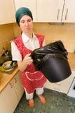 Kobieta Patrzeje wśrodku kubeł na śmieci Zdjęcia Royalty Free