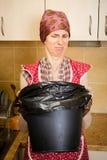 Kobieta Patrzeje wśrodku kubeł na śmieci Obrazy Stock