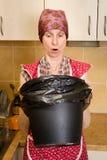 Kobieta Patrzeje wśrodku kubeł na śmieci Fotografia Stock