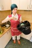 Kobieta Patrzeje wśrodku kubeł na śmieci Fotografia Royalty Free