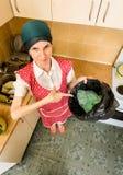 Kobieta Patrzeje wśrodku kubeł na śmieci Zdjęcie Stock