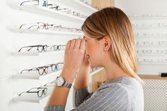 Kobieta patrzeje w lustrze, optyka sklep obrazy royalty free