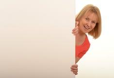 Kobieta patrzeje wokoło znaka Zdjęcia Stock