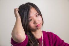 Kobieta patrzeje wprawiać w zakłopotanie Obrazy Stock