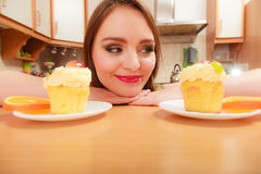 Kobieta patrzeje wyśmienicie cukierki tort obżarstwo Zdjęcie Stock