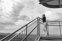 Kobieta patrzeje zadziwiających drewna i góry w lecie, podróż obrazy royalty free