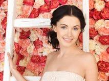 Kobieta pełno z starą drabiną i tło róże Zdjęcia Royalty Free