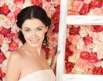 Kobieta pełno z starą drabiną i tło róże Obraz Royalty Free