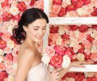 Kobieta pełno z starą drabiną i tło róże Zdjęcia Stock