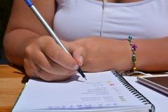 Kobieta, pióro w ręce, pisze w pociska czasopiśmie zdjęcia royalty free