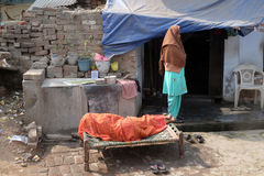 Kobieta śpi przed jej domem w Agra Zdjęcia Royalty Free